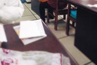 暖哭!沈体图书馆保洁阿姨给学生缝坐垫她的一针一线让孩子们...