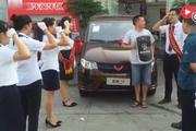 五菱神车就是与众不同,交车仪式上4S店工作人员集体对车主宣誓,弄得车主尴...