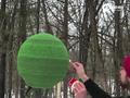 国外牛人用42000根火柴粘成球体 点燃瞬间太壮观
