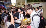 亚运会王者荣耀中国团队荣誉归来 粉丝风雨无阻机场迎接