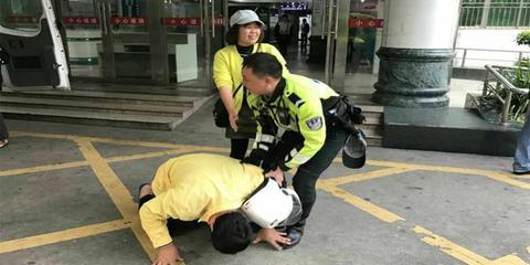深圳交警为病人开路 家属下跪感谢