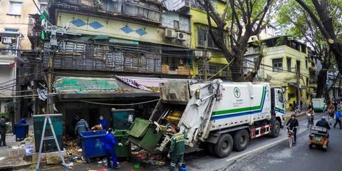 广州老人爱收集垃圾一次清出2大车