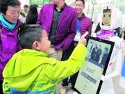 智能机器人亮相广州南站 小璐卖萌:为人民服务不收费