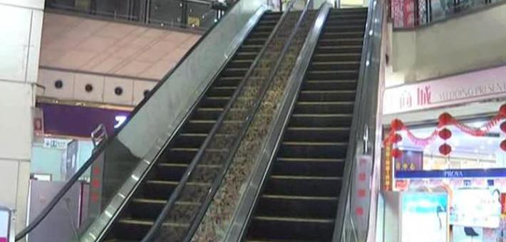 东莞老人搭乘手扶电梯意外摔倒
