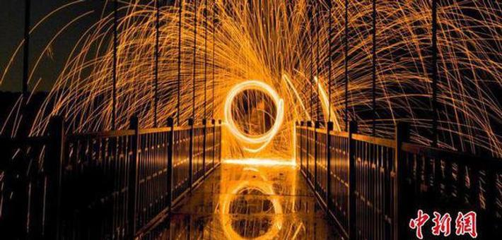 湖南长沙上演玻璃桥光绘秀
