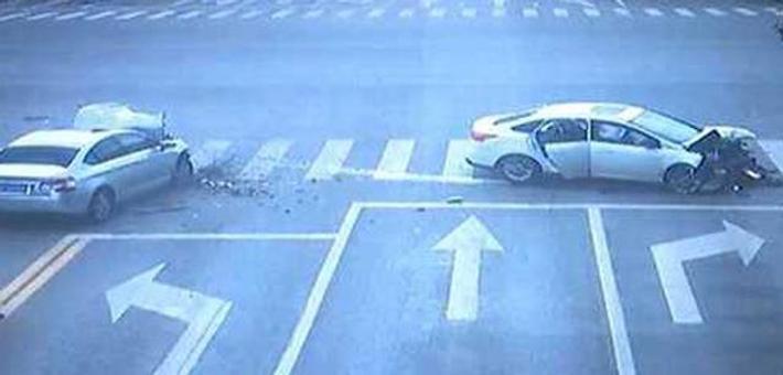 两车加速抢过 猛烈相撞车头粉碎