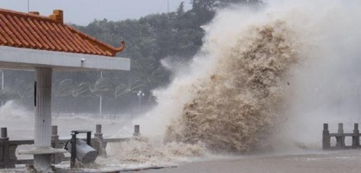 现场:台风天鸽正面袭粤 雨势强劲