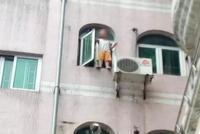 广州一男童站5楼窗台险坠楼 男子化身蜘蛛侠营救(图)