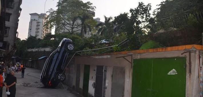 司机油门当刹车:车辆从高处坠下