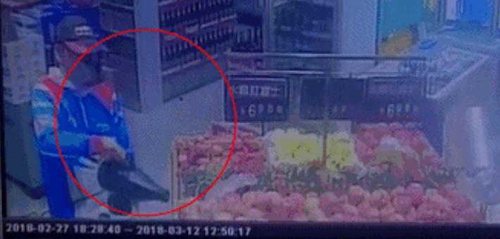 女子看到超市给水果喷药