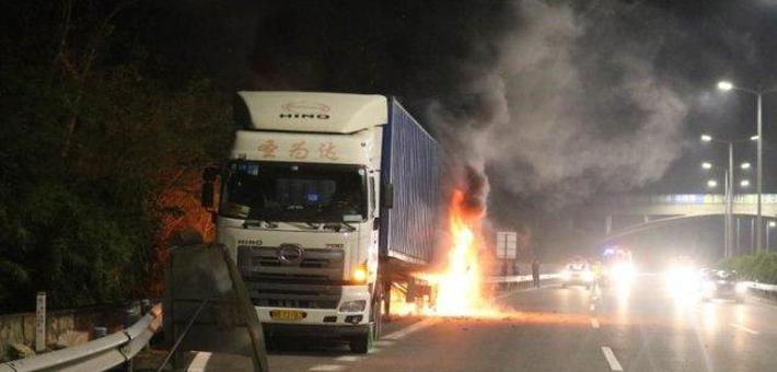 高速上大货车轮胎自燃火焰高6米