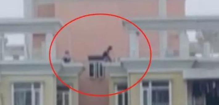 """熊孩子18楼天台玩""""跳一跳"""""""