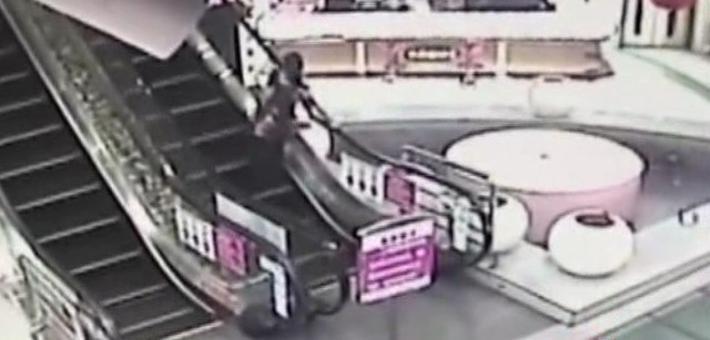 手扶电梯扶手不动致老人摔骨折