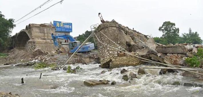 广东大桥施工现场连锁坍塌致1死3伤