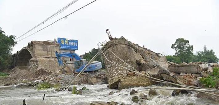 广东一大桥施工现场连锁坍塌