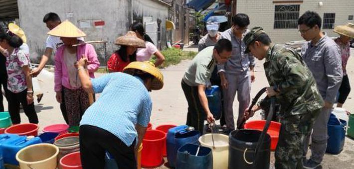 惠东黄埠干旱缺水 边防民警街头送水