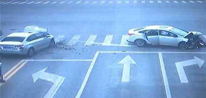 两车加速抢最后1秒绿灯撞粉碎