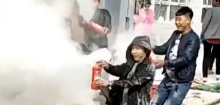 新人遭婚闹被亲友拿灭火器狂喷