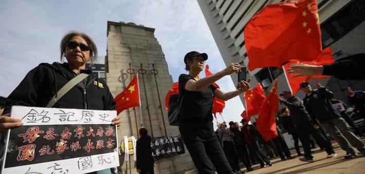 香港市民在日本领馆举国旗示威