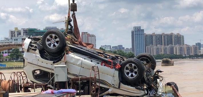 广东大桥坍塌打捞出一辆落水车