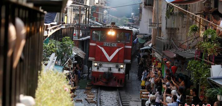 离铁轨仅1米边喝咖啡边看火车