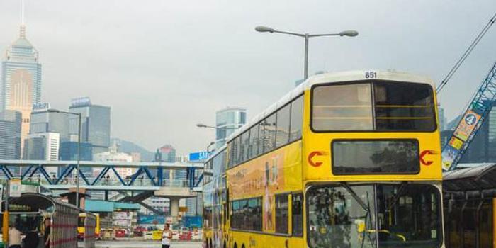 女子香港巴士前拍抖音引争议 当事人已公开致