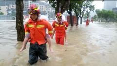 """珠海:消防徒步""""泽国""""救援被困群众60余人"""