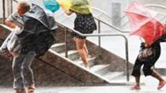 湛江:协助渔民加固渔船渔排 规劝海滩作业人员撤离