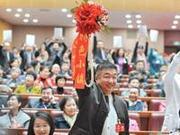 """广东政协会议""""抢麦大战"""":委员用口红板上写大字"""