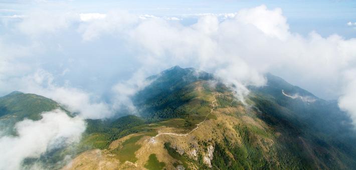 航拍登山爱好者攀惠州罗浮山 常年云雾缭绕