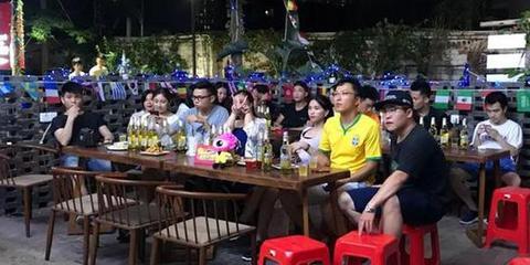 世界杯正确打开方式 约上好友酒吧看球