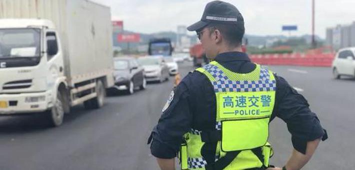 35℃!广西高速一民警穿厚秋装执勤