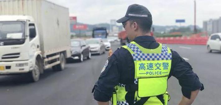 35℃高温!广西高速民警穿厚秋装执勤