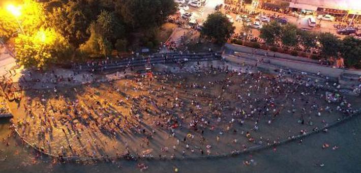 柳州市酷热难耐 市民夜划皮艇嬉水降温