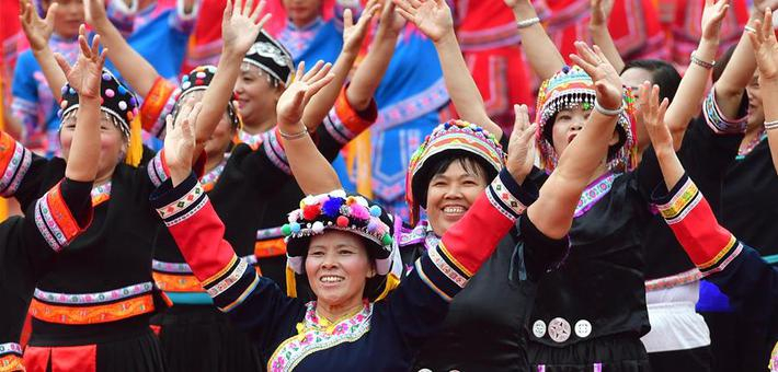 广西大化:各族同胞载歌载舞庆县庆