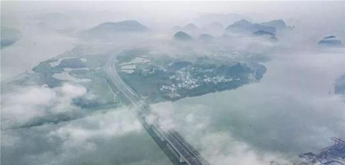 云雾中的龙城风光美成了一幅幅水墨画