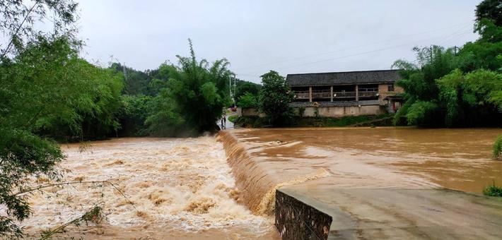 融安现强降雨 多处桥梁被淹山体塌方