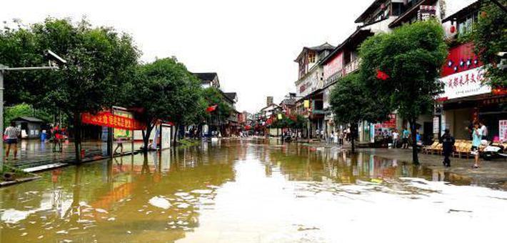 暴雨致阳朔西街内涝 洪水消退商铺清淤