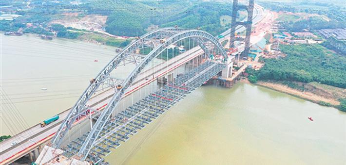 六律邕江特大桥实现顺利贯通