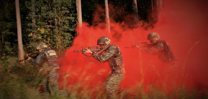 直击广西武警特战队员密林奇袭