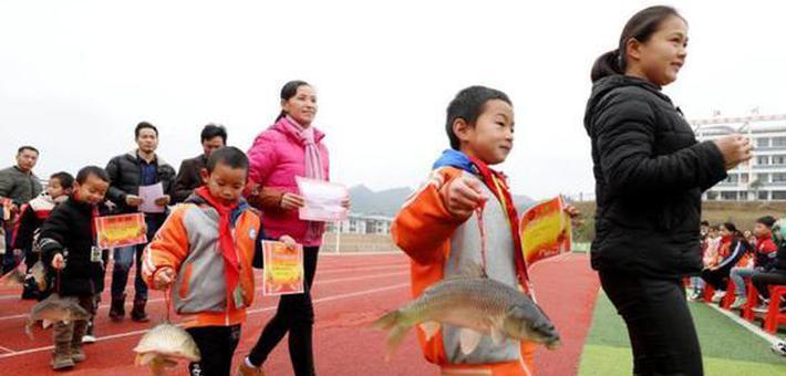 广西侗乡小学奖励学生 人手一条大活鱼
