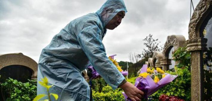 柳州公墓清明节前统一献花并祭扫