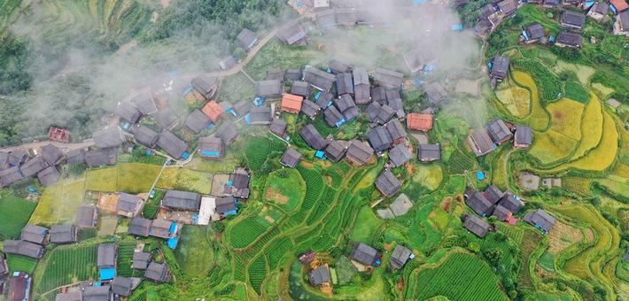 广西三江:雾绕侗寨如仙境