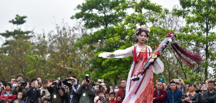 广西上演国风服饰巡游 展示千年文化