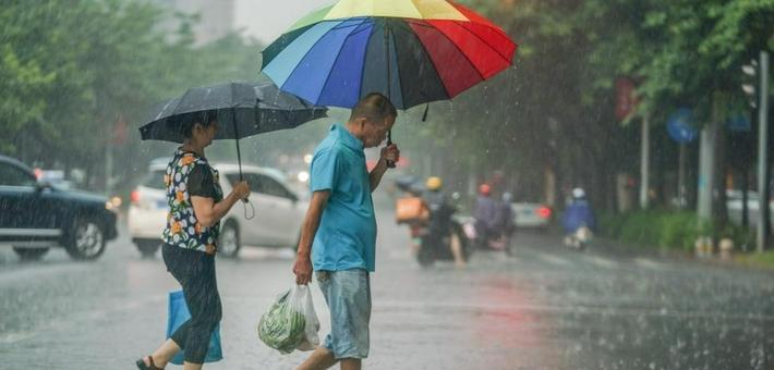 台风查帕卡影响广西 市民冒雨出行
