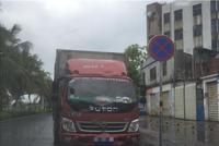 海口白沙便民广场门前货车违停 交警责令车主离开