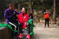男子花8小时背瘫痪妻子爬上泰山 网友:爱情的力量