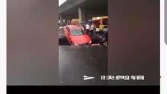 辟谣!大雨致路面塌陷车辆掉坑?视频事发哈尔滨非海口