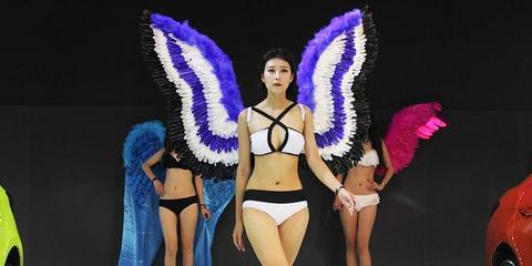华中车展:山寨维密内衣秀引观众狂拍