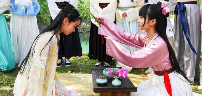美女大学生着汉服迎中国情人节